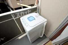 ベランダの洗濯機の様子。(2009-10-19,共用部,LAUNDRY,2F)