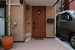シェアハウスの正面玄関の様子。右手にポストがあります。(2011-07-05,周辺環境,ENTRANCE,1F)