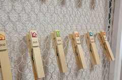 メモや郵便物などを留めるクリップも、部屋ごとに並んでいます。(2011-07-05,共用部,OTHER,2F)
