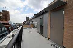 屋上の様子。黒い扉の先にはランドリーがあります。(2011-07-05,共用部,OTHER,5F)