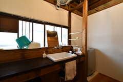 洗面台の様子。右隣に洗濯機があります。(2019-11-13,共用部,WASHSTAND,1F)