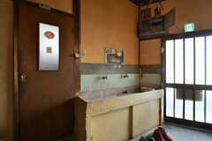玄関脇の洗面台。左のドアを開けるとトイレです。(2019-11-13,共用部,WASHSTAND,1F)