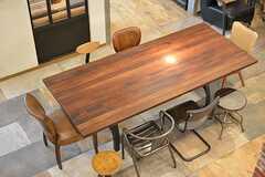 階段から見たダイニングテーブルの様子。種類の異なるアンティークの椅子が10脚用意されています。(2016-09-12,共用部,LIVINGROOM,1F)