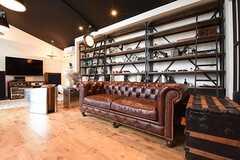 飾り棚の前には、革のソファが置かれています。ソファの奥がTVです。(2016-09-12,共用部,LIVINGROOM,1F)