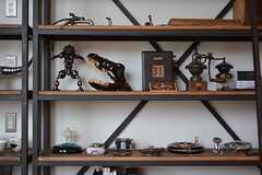 飾り棚の様子。オーナーさんが集めた趣味の雑貨が飾られています。(2016-09-12,共用部,OTHER,1F)