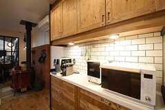 キッチンの対面は食器棚です。エスプレッソマシンや電子レンジが置かれています。(2016-09-12,共用部,KITCHEN,1F)