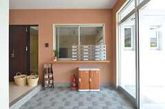 エントランス脇にある管理人室の様子。宅配ボックスも設置されています。(2014-06-19,周辺環境,ENTRANCE,1F)