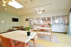 ラウンジの様子3。奥にキッチンがあります。(2014-06-19,共用部,LIVINGROOM,1F)